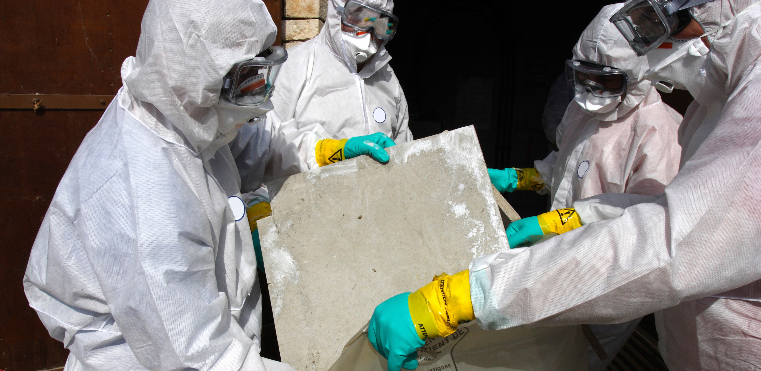 Um im mit Asbest, PCB, PAK oder Holzschutzmittel (PCP, Lindan) kontaminierten Bereichen Arbeiten auszufühen, das gilt auch bei Gebäudechecks auf Schadstoffe (Asbest, PCB, PAK, Holzschutzmittel), ist eine angemessene persönliche Schutzausrüstung (PSA) unerlässlich